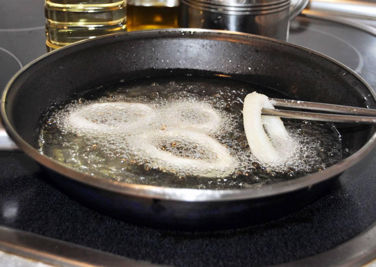 A temperatura de fritura el aceite de girasol genera más compuestos nocivos que el de oliva. Imagen: SINC.