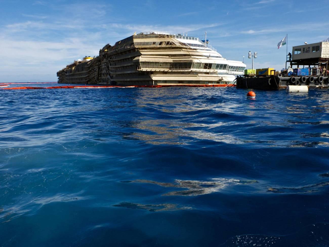 El Costa Concordia ya enderezado. / Efe