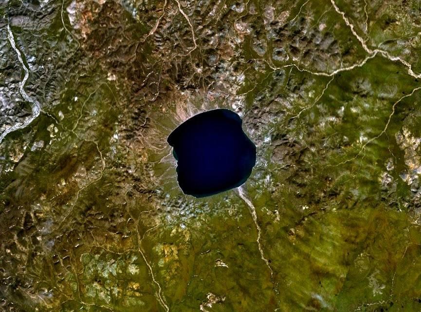 Vista aérea del lago Elgygytgyn (Rusia). Imagen: Wikipedia / NASA.
