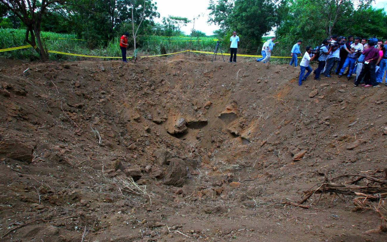 Cráter tras el impacto de un meteorito la noche del sábado en una zona despoblada en Managua (Nicaragua). / Efe
