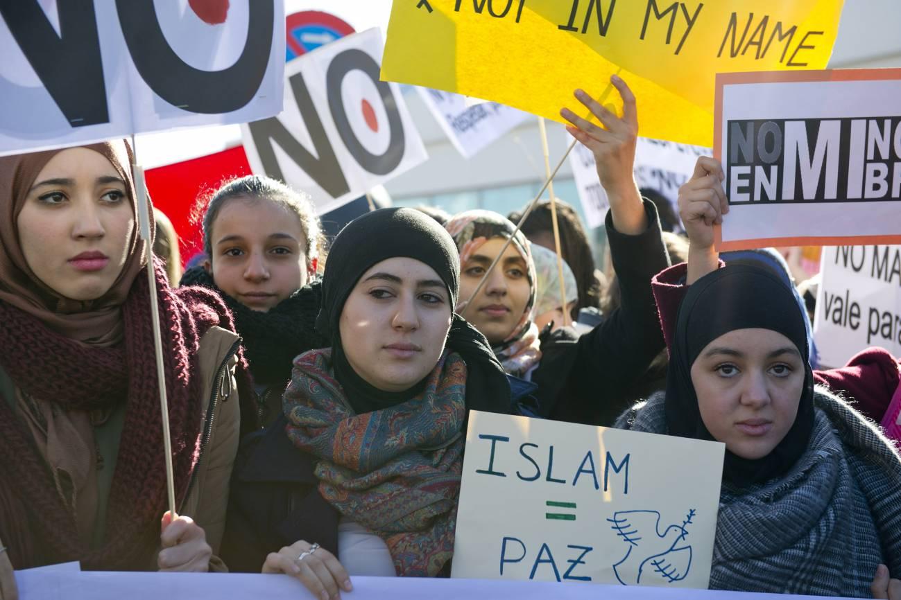 Manifestación de musulmanes frente a la Estación de Atocha en Madrid en contra de los ataques producidos en París la semana pasada que se han cobrado la vida de 17 personas. / EFE