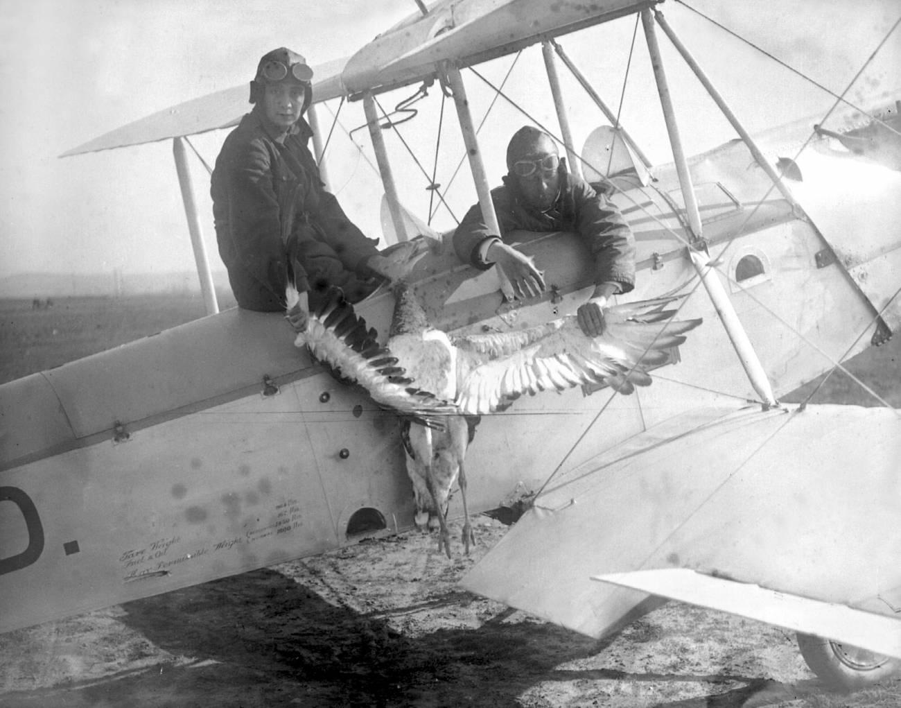 María Bernaldo de Quirós (izquierda), primera aviadora española, muestra una avutarda muerta durante un vuelo junto a su instructor, Díaz de Lecea, en el aeródromo de Getafe (1929). / EFE