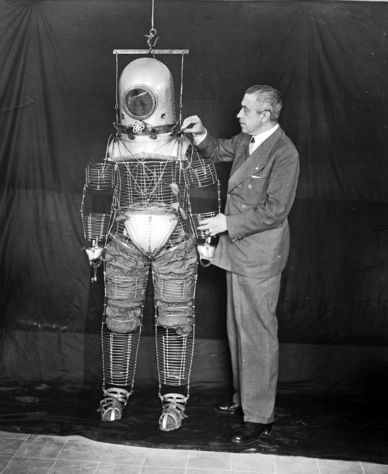 Fotografía tomada en mayo de 1935 en Madrid del ingeniero militar Emilio Herrera con su escafandra. /EFE