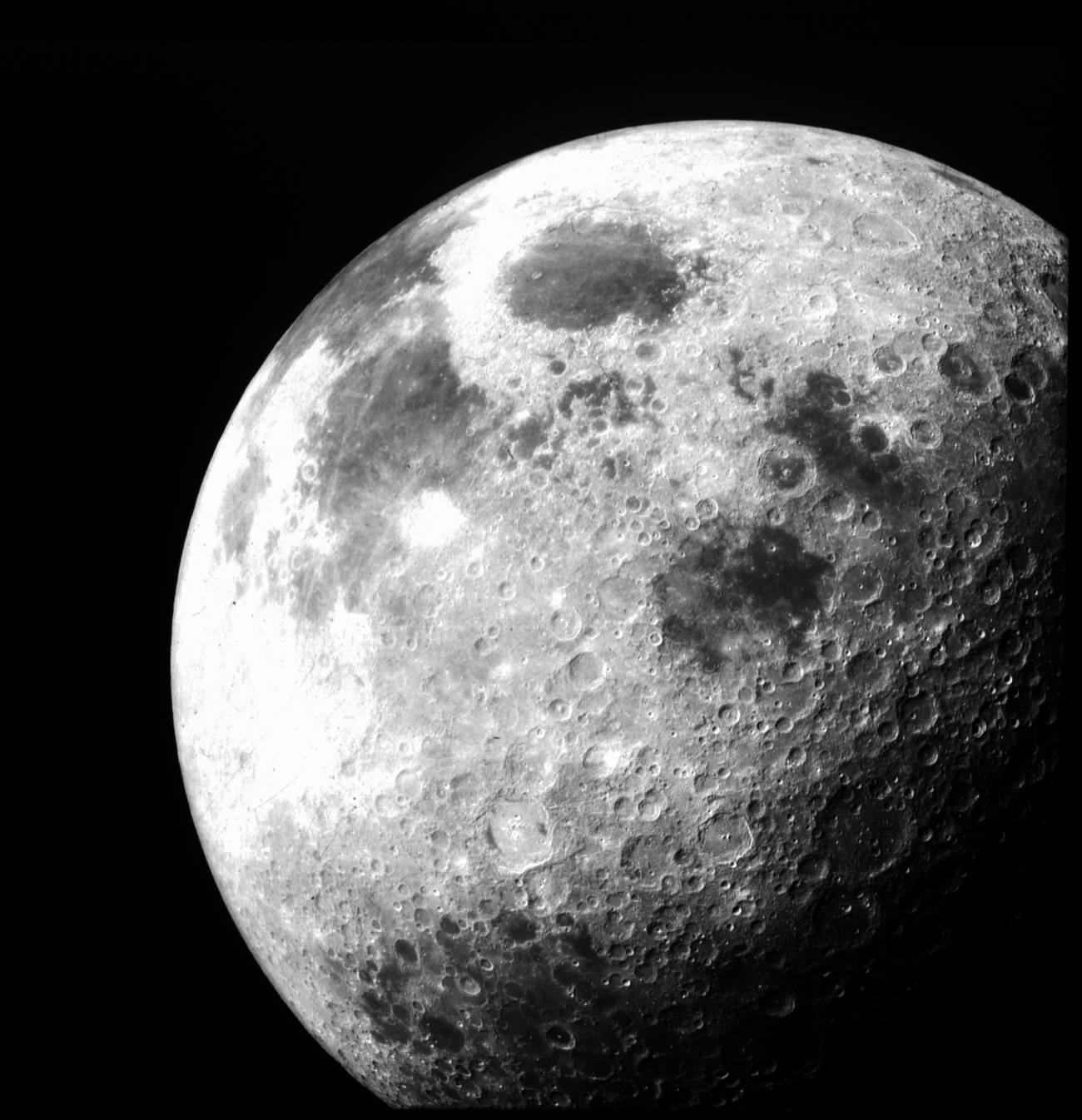 Ambos cuerpos celestes, la Tierra y la Luna, albergan reservas equivalentes de agua. / NASA