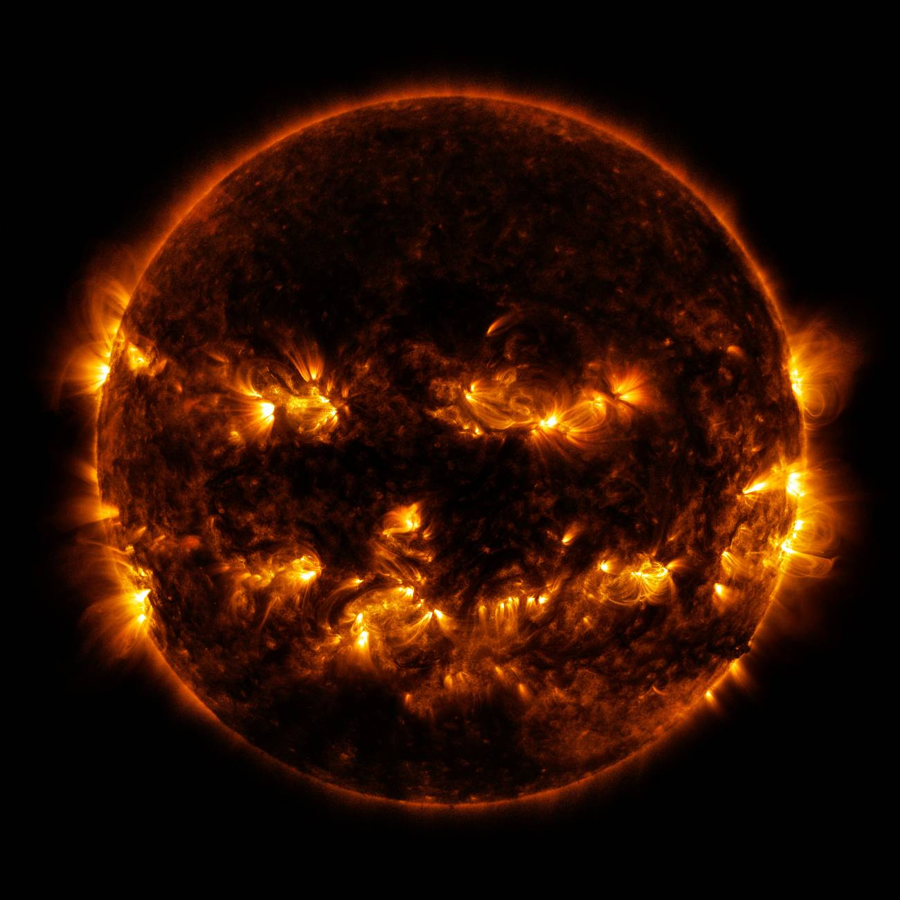 El Sol, como una calabaza de Halloween. / NASA