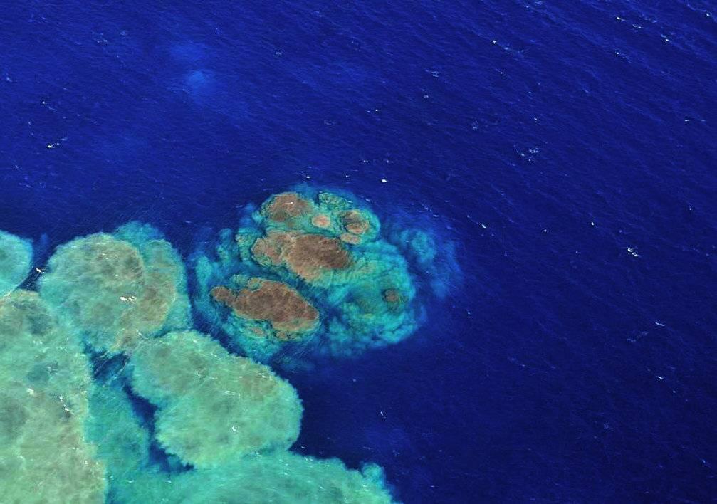 Fotografía facilitada por el Instituto Vulcanológico de Canarias de la mancha originada por el volcán submarino del Mar de las Calmas. / Efe