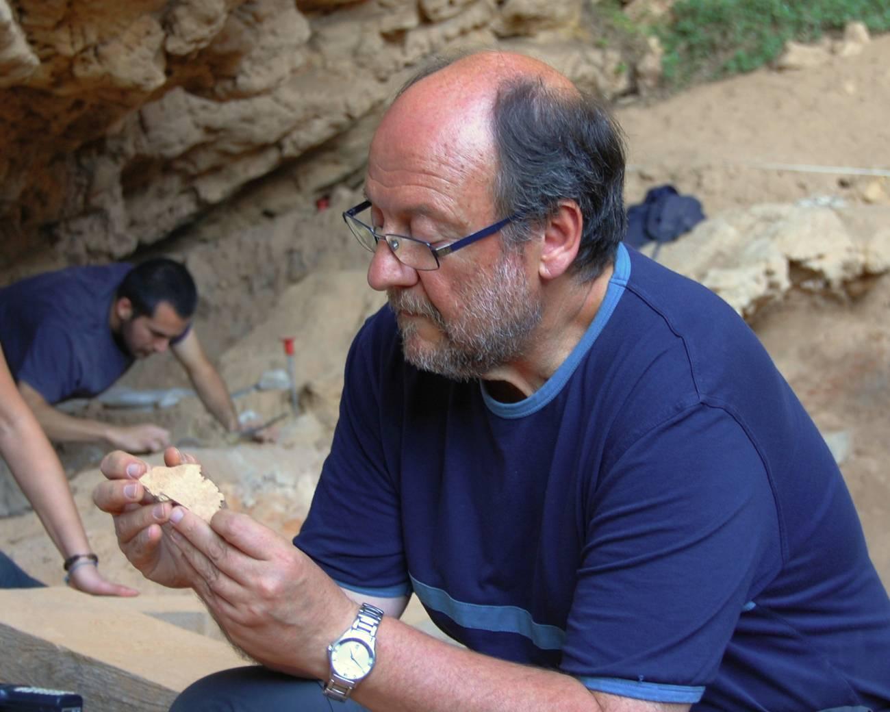 Valentín Villaverde con una de las piezas de la Cova Negra. / UV