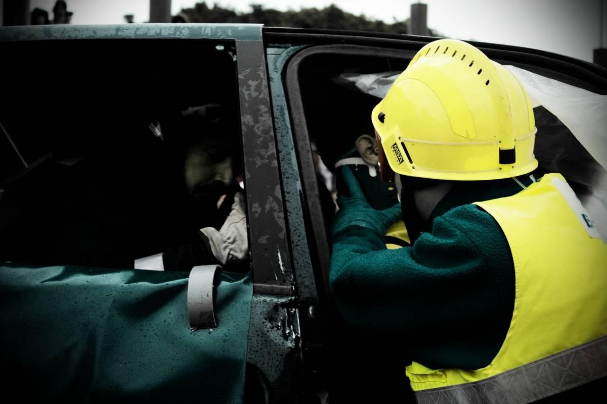 Bomberos rescatan a un accidentado. Imagen: Álvaro Millán