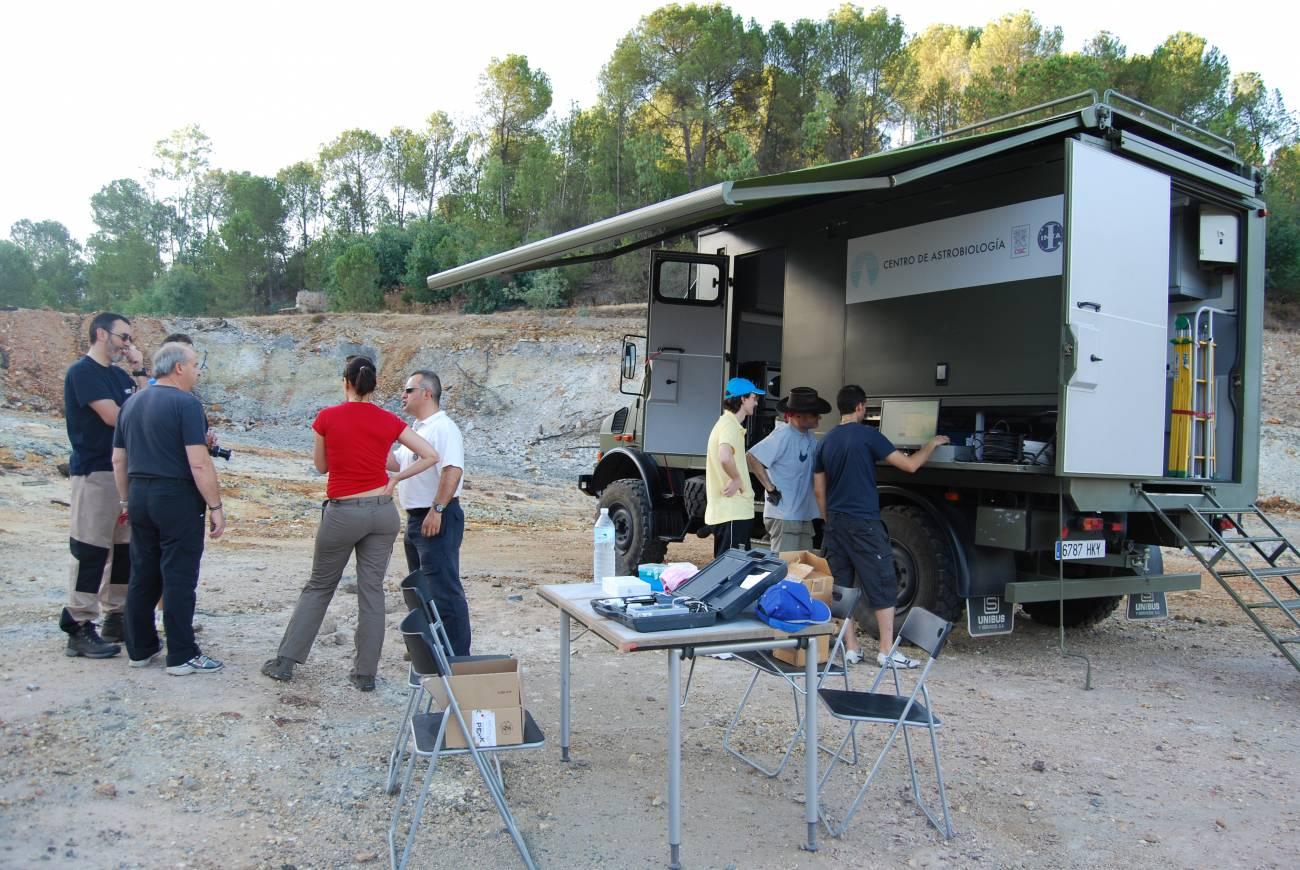 El equipo de científicos e ingenieros del Centro de Astrobiología (INTA–CSIC) en la zona de Peña de Hierro. / SINC.