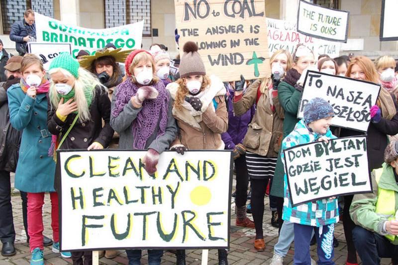 Varsovia amanecía hoy entre protestas de activistas ante la celebración de la Cumbre Mundial del Carbón paralela a la COP19. / Cough4Coal Action.