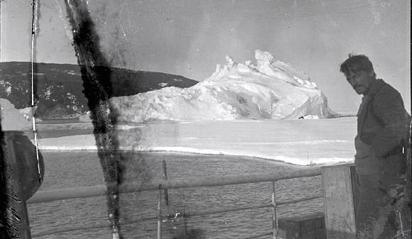 El capitán Alexander Stevens en la cubierta del Aurora. / Antarctic Heritage Trust