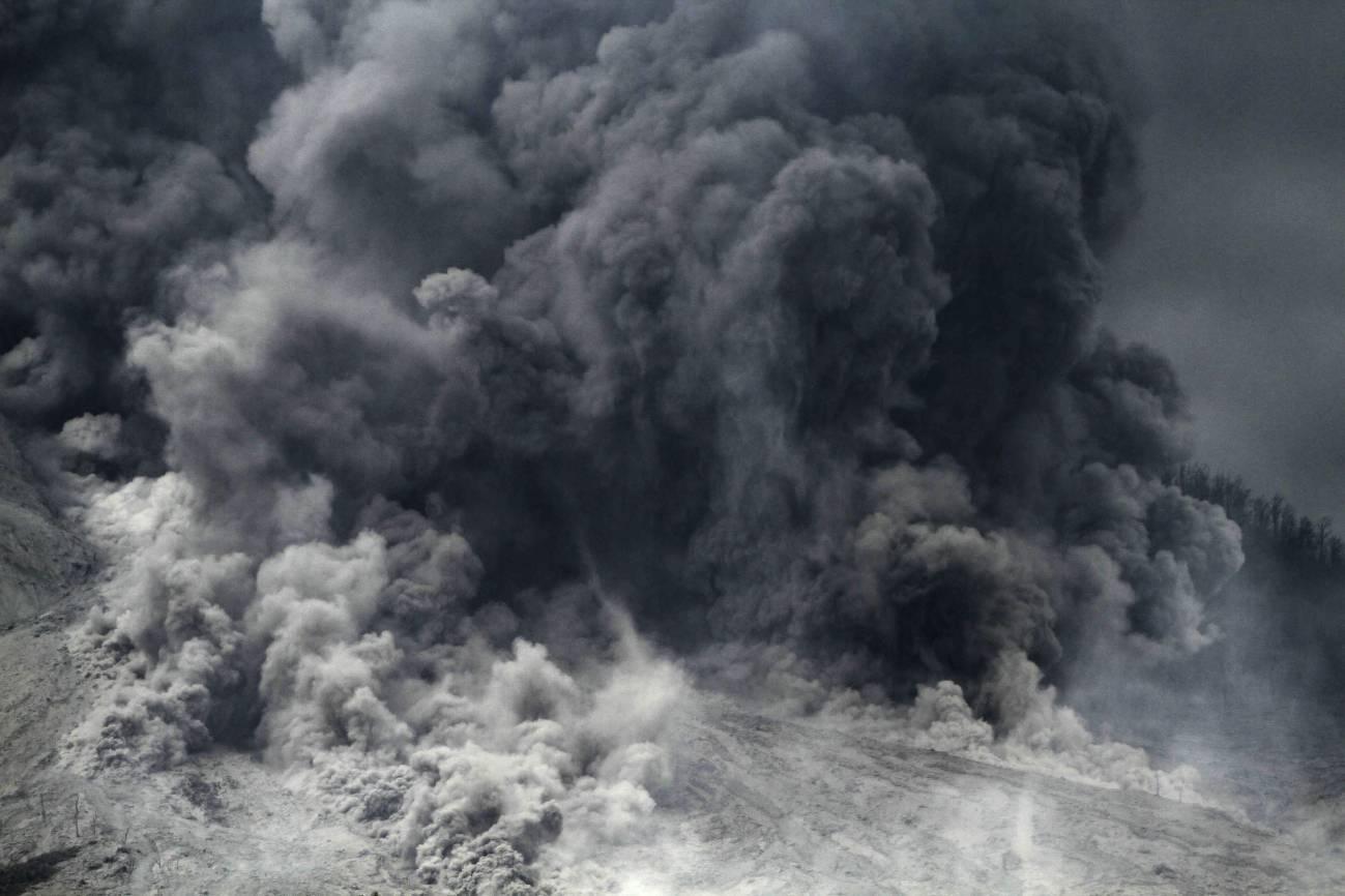 En la imagen, una impresionante columna de humo y ceniza emerge del volcán. / Efe