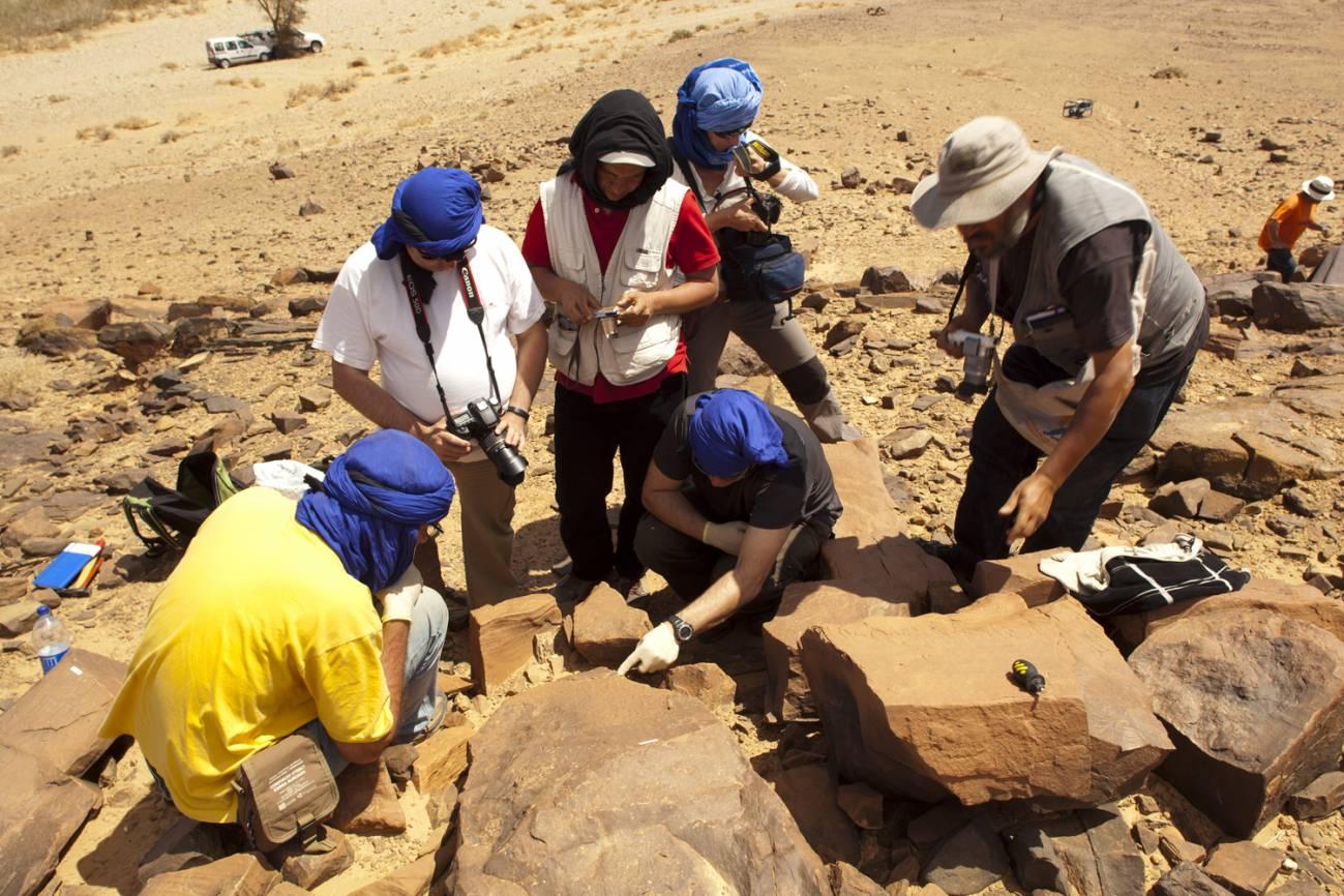 El equipo estudia grabados rupestres en Tachokalt. Autor : Proyecto Tamanart.