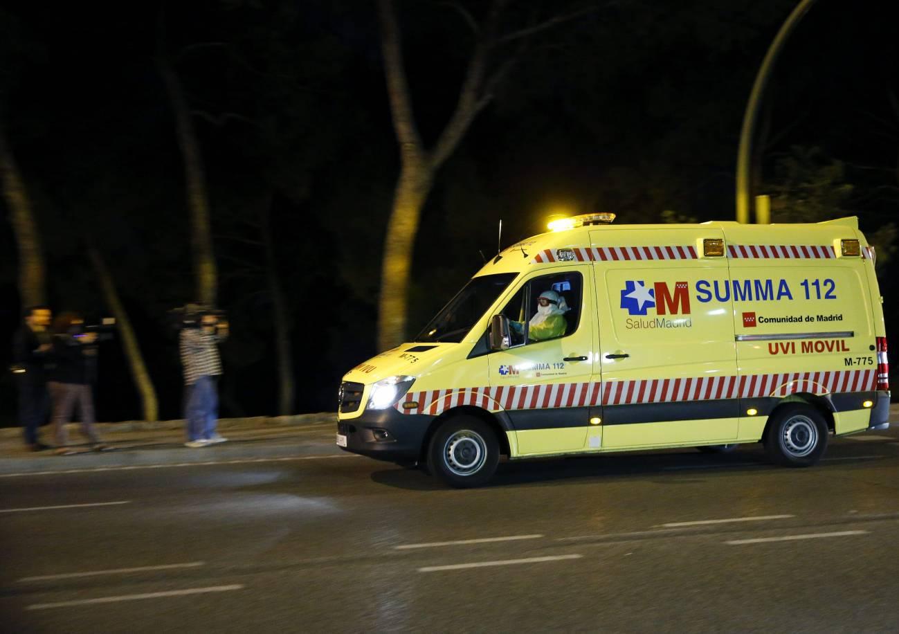 Ambulancia en la que se ha trasladado a la afectada. / Efe