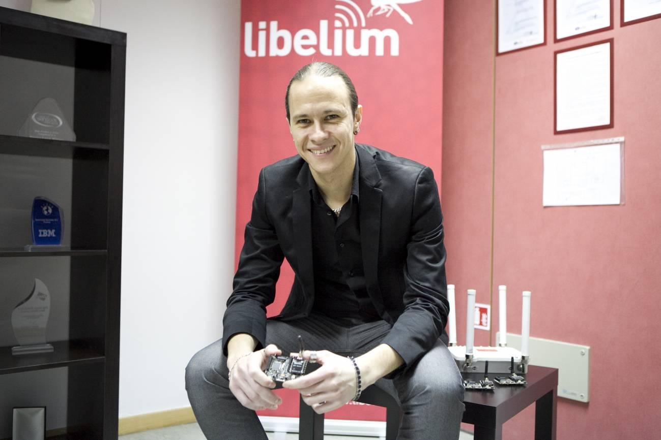 David Gascón, cofundador de Libelium, con algunos de los sensores Waspmote utilizados en el nuevo kit. / Libelium