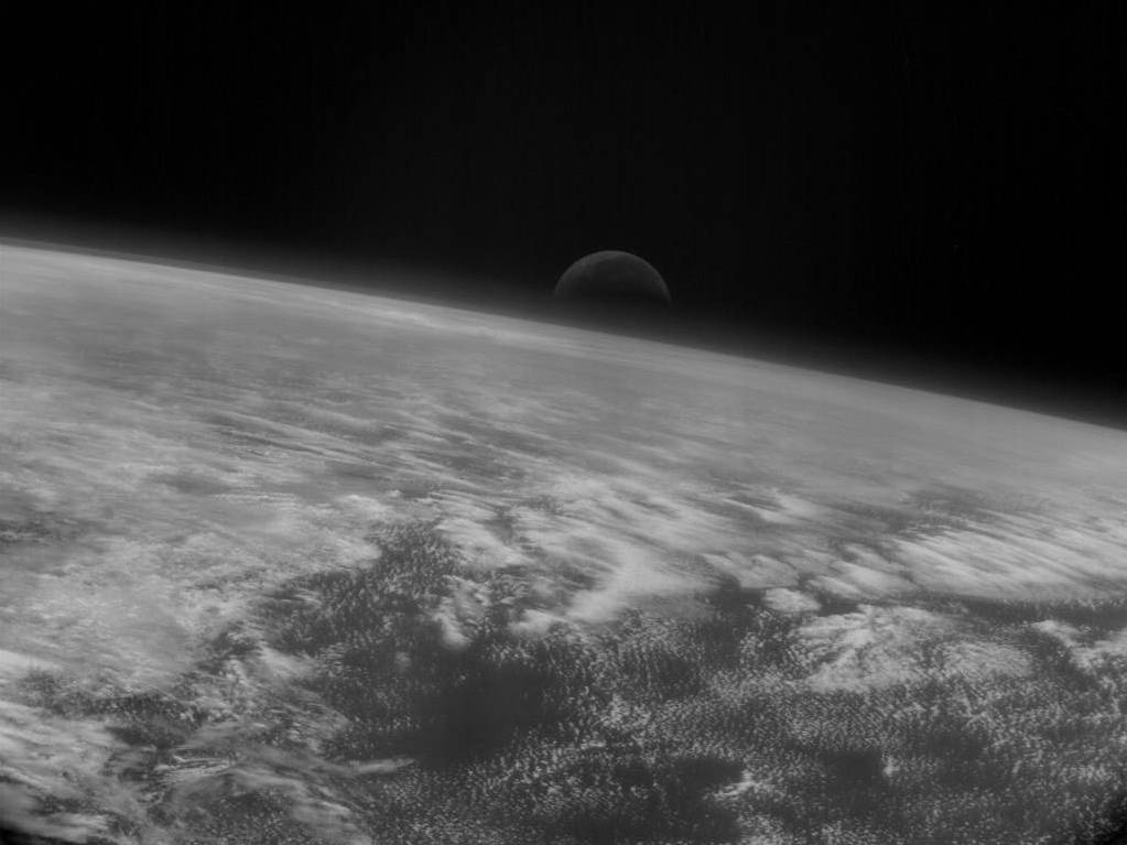 La Luna se eleva sobre las nubes del Pacífico
