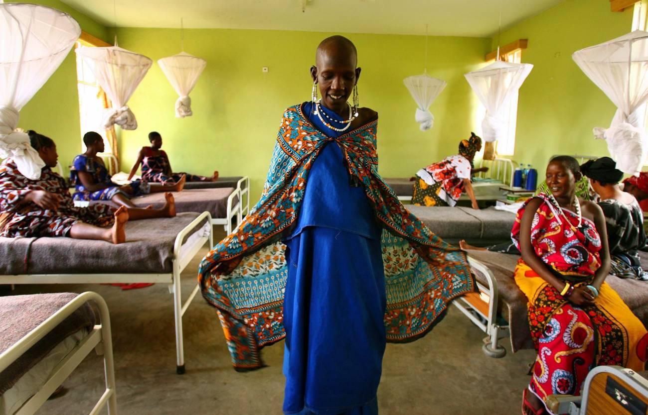 Mujer másai embarazada camina por la maternidad del Hospital Arumeru, cerca de Arusha, Tanzania/EFE