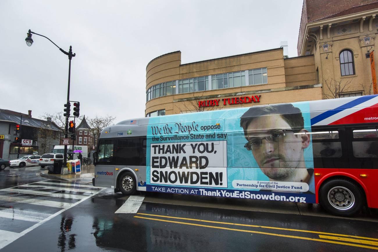 Un autobús con una publicidad agradeciendo al filtrador la Agencia Nacional de Seguridad (NSA), Edward Snowden, recorre una calle en el centro de Washington (EE UU).