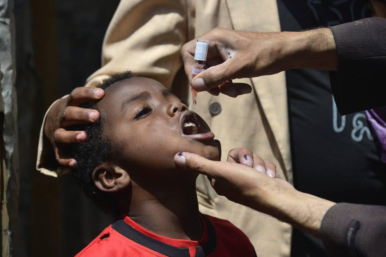 Un niño yemení que recibe la vacuna de polio durante una campaña en Saná (Yemen). / Efe