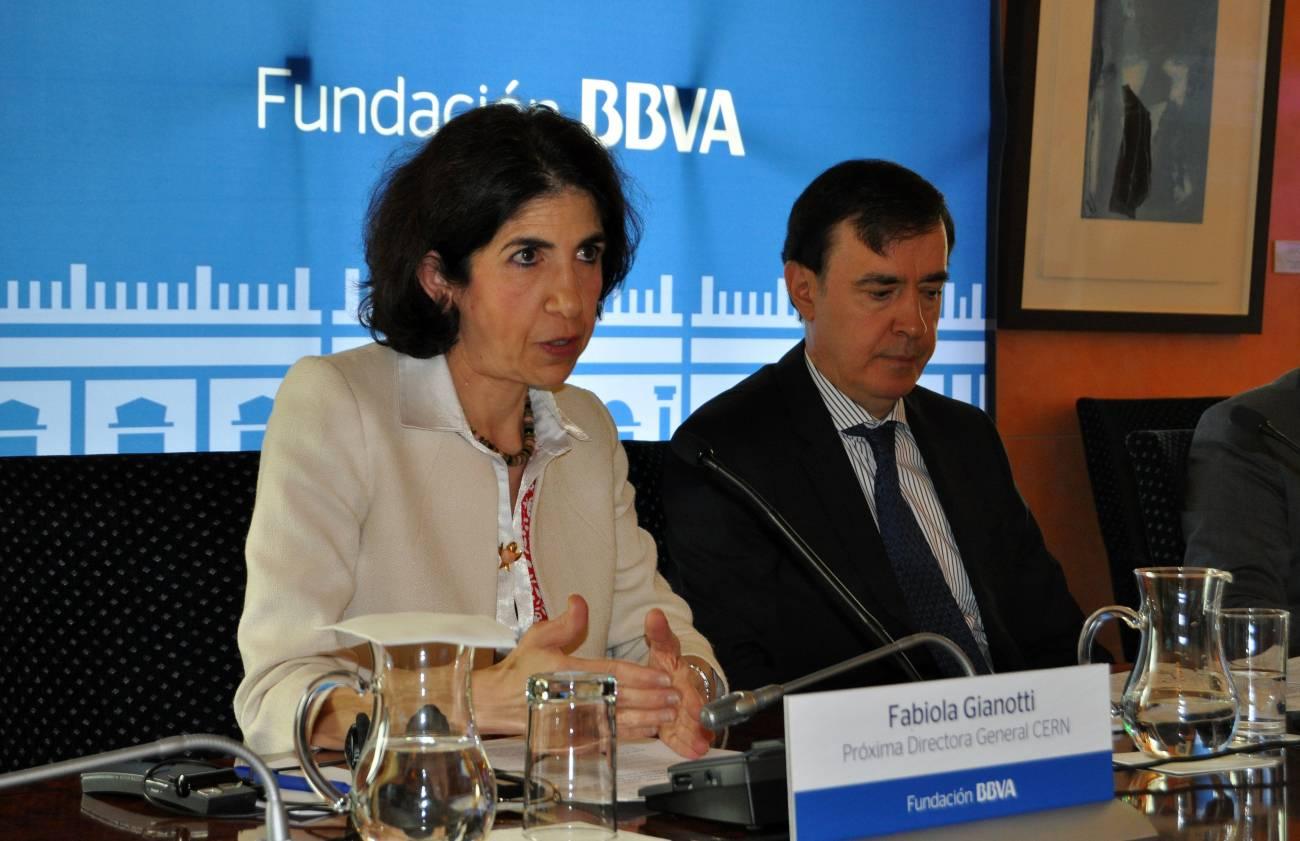 Fabiola Gianotti, próxima directora general del CERN, junto a Rafael Pardo, director de la Fundación BBVA. / SINC