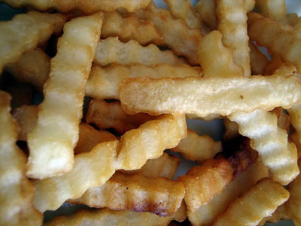 En 2009, el contenido total de grasa trans en las patatas fritas y nuggets cayó en todos los países europeos estudiados. Imagen: c3lsius_bb.