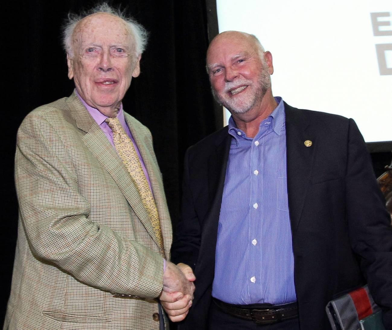 James Watson y Craig Venter se daban la mano ayer en el Trinity College de Dublín. Su relación de amor y odio aún continúa. Imagen: SINC