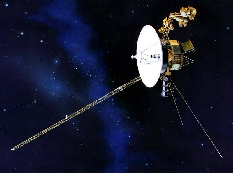 Los nuevos datos indican que, al contrario de lo que se pensaba, la sonda no está a punto de cruzar la frontera del sistema solar. Imagen: NASA