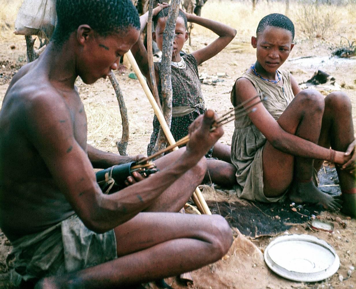Bosquimanos ǃKung del Kalahari que han sido objeto de la investigación antropológica. / Polly Wiessner