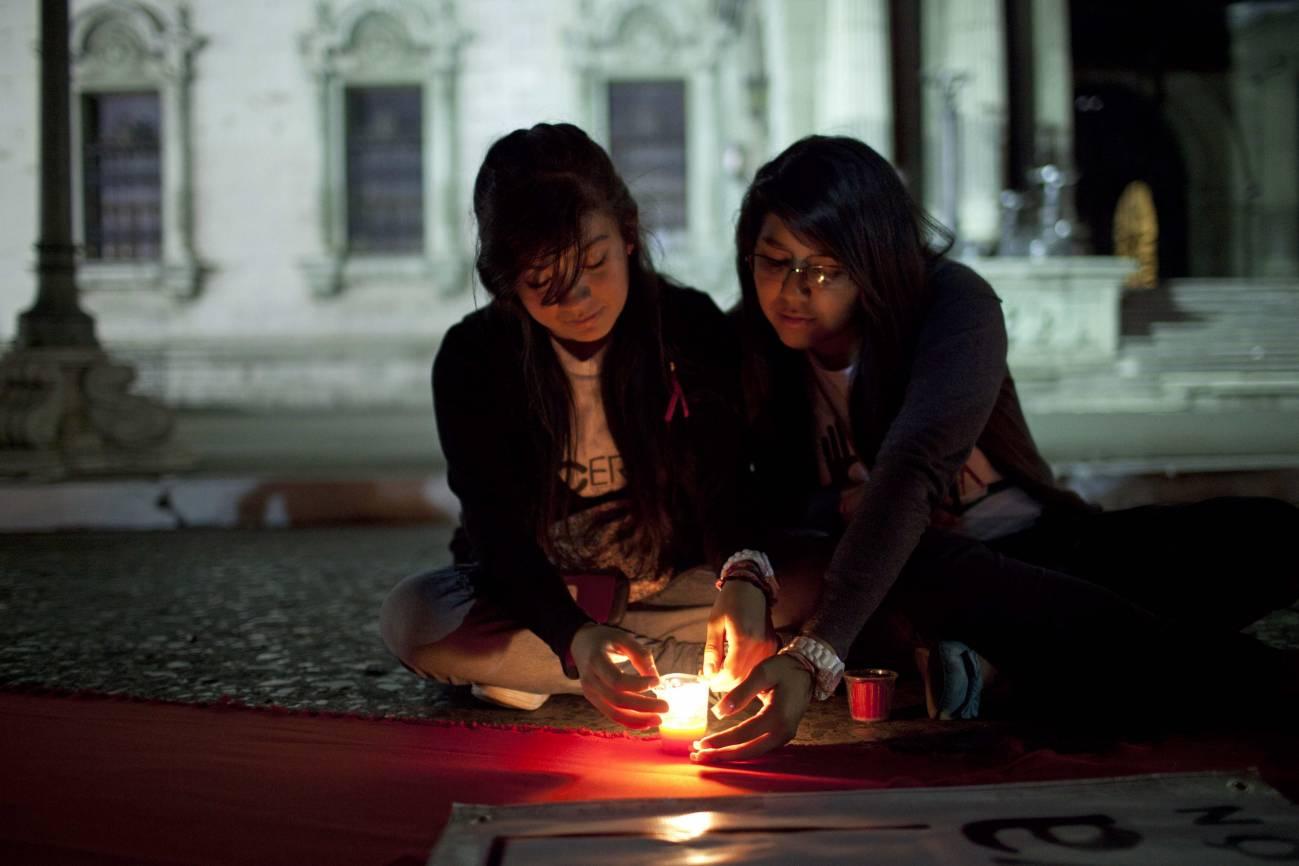 Dos mujeres participan en un acto para conmemorar el día internacional de la lucha contra el sida en Guatemala. / EFE