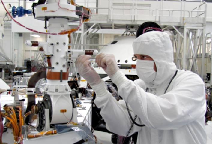 El 6 de agosto culminó el aterrizaje en Marte del rover Curiosity, que incluía una estación ambiental (en la foto) y una antena españolas.Imagen: NASA.