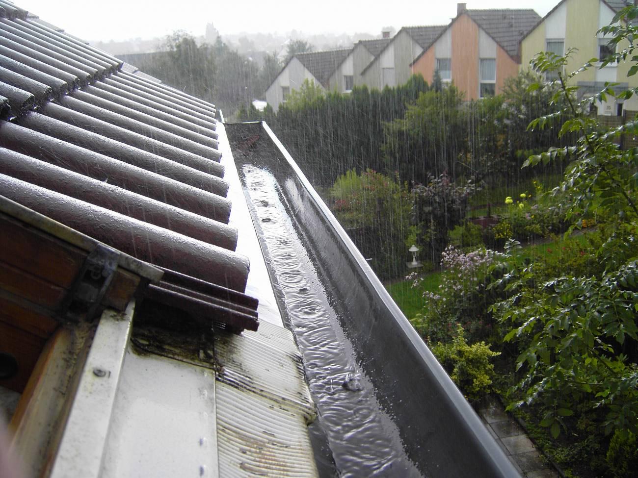 Las cubiertas inclinadas lisas facilitan la captura de hasta un 50% más de agua de lluvia que las que son planas y rugosas.