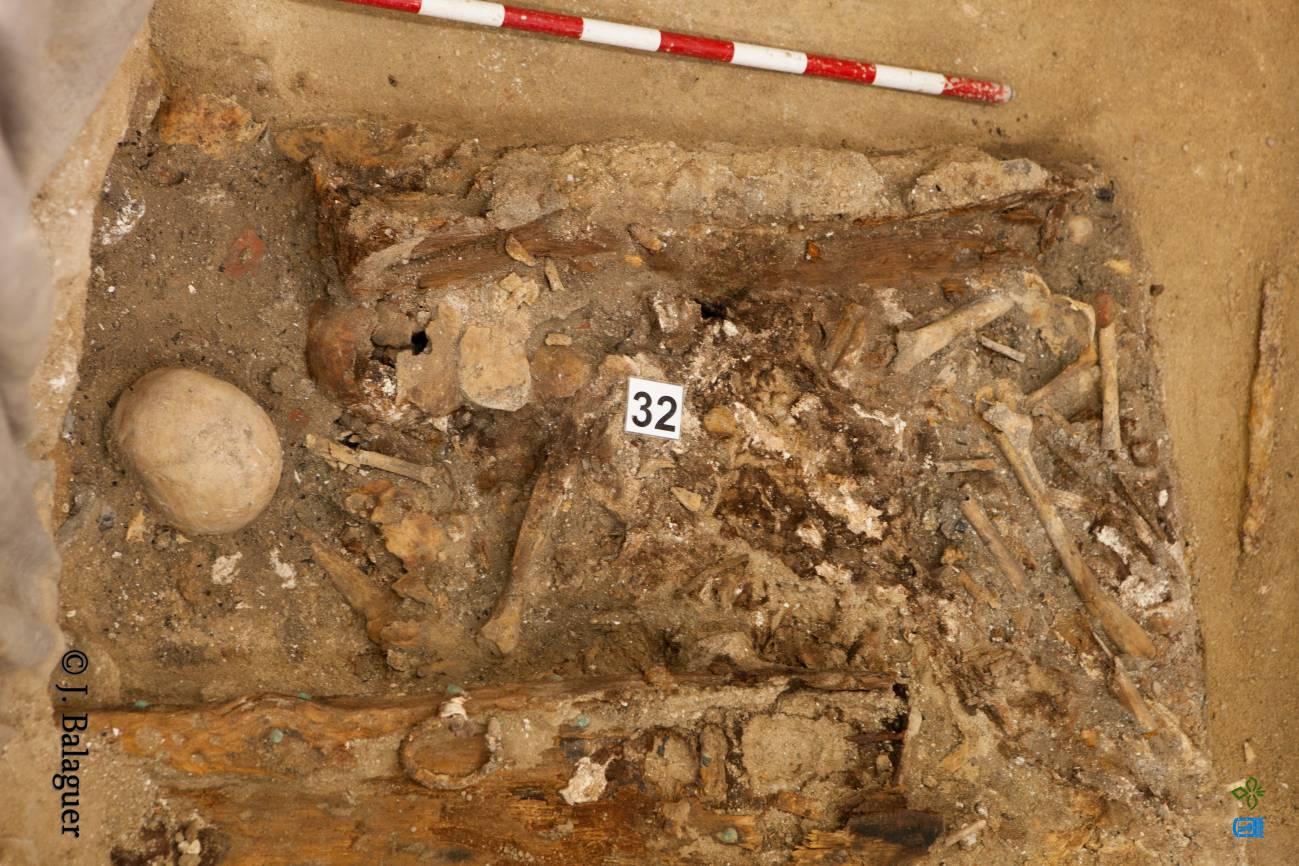 En la denominada 'reducción 4.2/32' de la cripta de la iglesia de las Trinitarias aparecen los restos óseos de al menos 15 individuos. Uno de ellos seguramente es Miguel de Cervantes, pero va a ser muy difícil diferenciar sus fragmentos. / J. Balaguer-Ayto. de Madrid