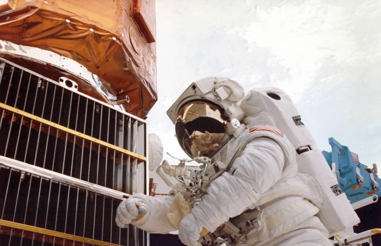 En la imagen, uno de los astronautas durante la operación de reparación.