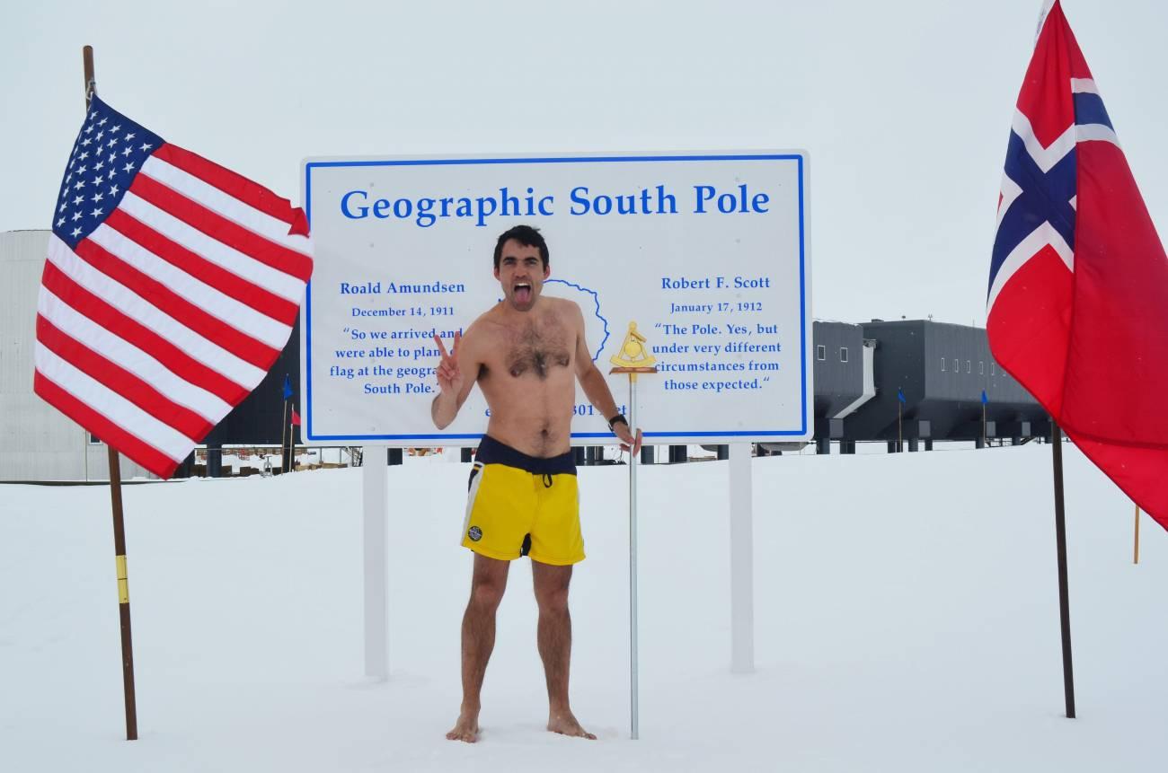 Carlos Pobes desafía al frío antártico en bañador.