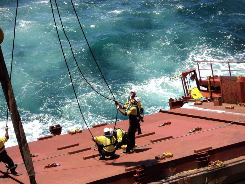 Especialistas de la  autoridad marítima  neozelandesa tratan de remolcar el buque accidentado.