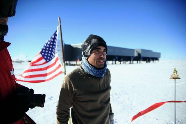 El físico español Carlos Pobes, en el punto que marca el Polo Sur geográfico. Foto: Carlos Pobes.