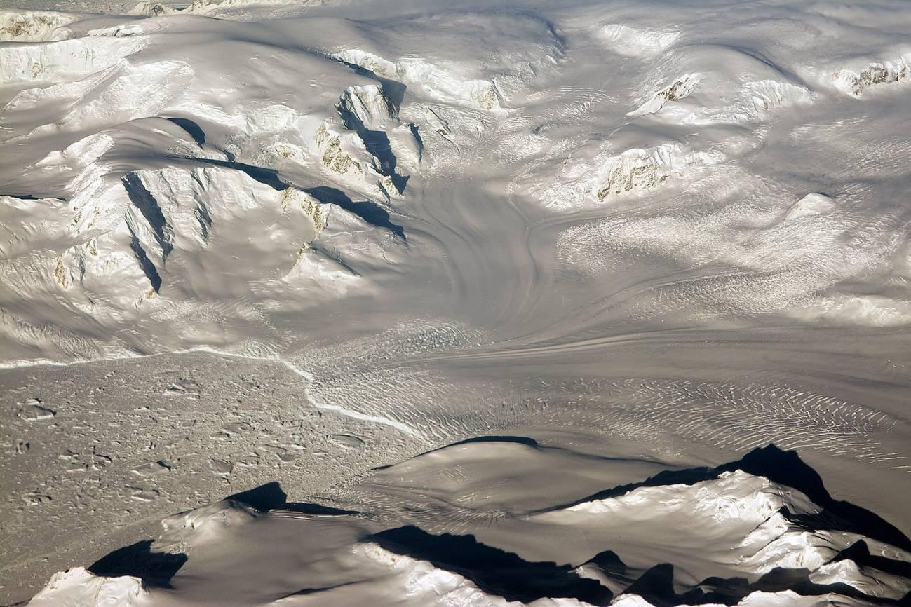 glaciares y montañas en el ocaso durante un vuelo de la operación IceBridge. / NASA