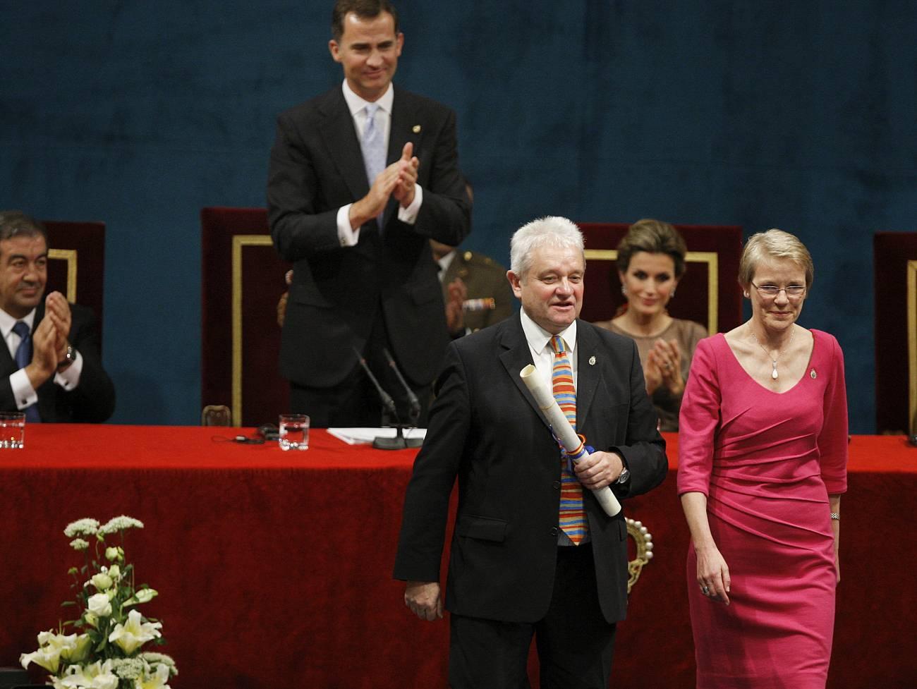 El premio Nobel de Medicina Sir Paul Nurse (primer término), presidente de The Royal Society, y su directora ejecutiva, Julie Maxton, tras recoger el premio Príncipe de Asturias de la Comunicación y Humanidades. / Efe
