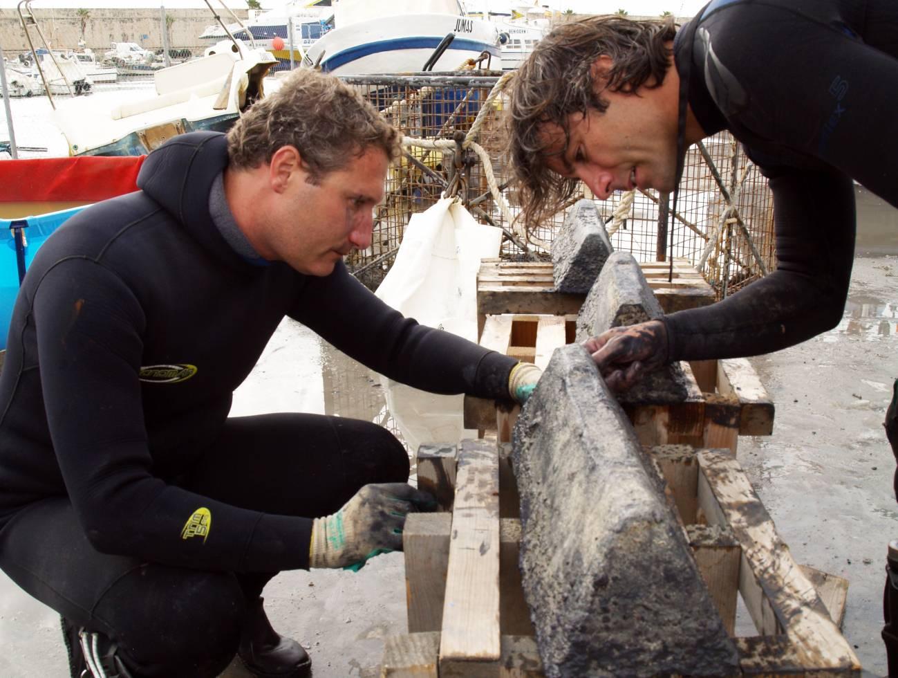 Buzos junto a un lingote extraído del agua. / Dirección General de Cultura de la Generalitat Valenciana
