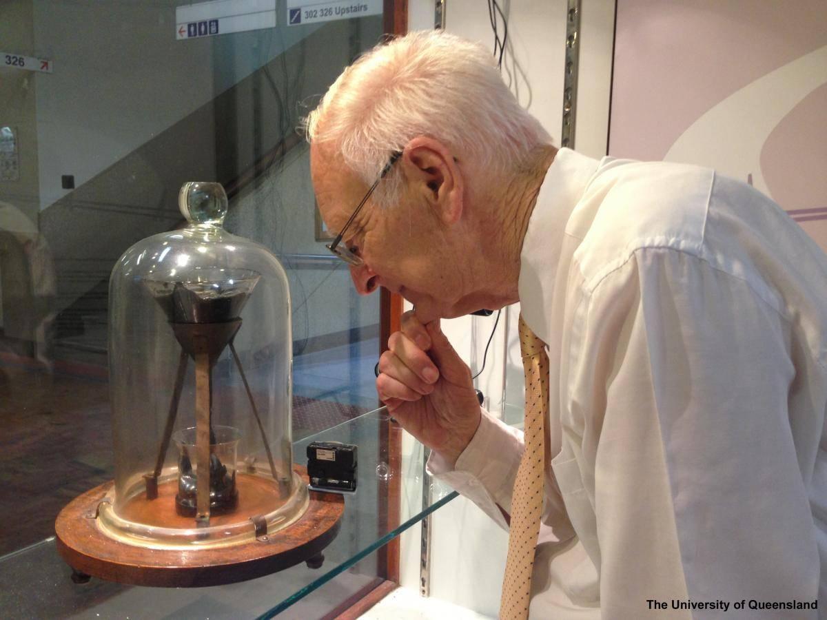 John Mainstone frente al experimento. / Universidad de Queensland