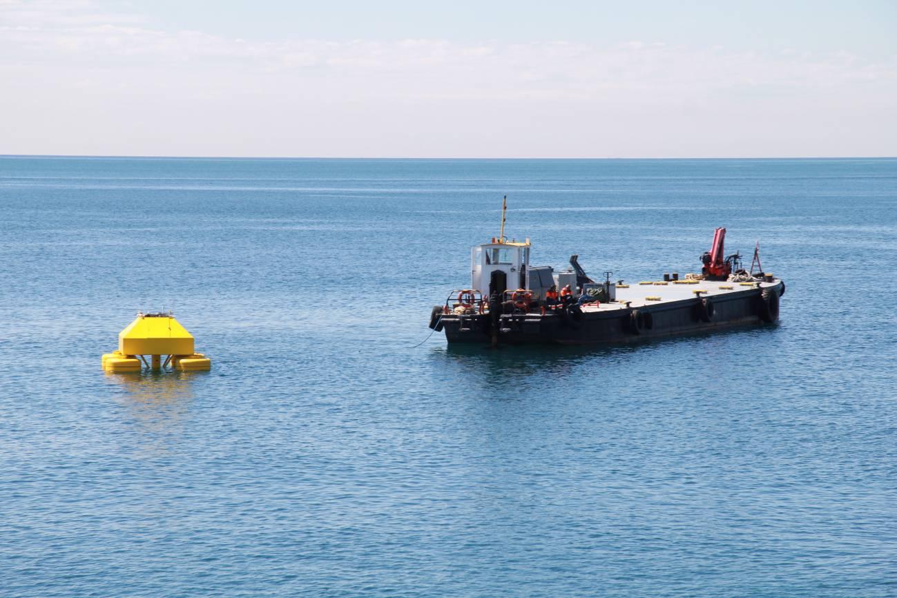 La boya eOLOS con los remolcadores frente a la costa de Badalona. / UPC
