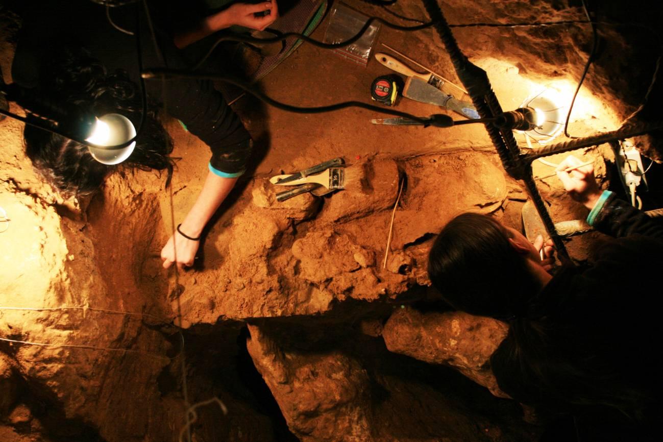 Dos científicos trabajan en en el yacimiento de El Sidrón. / Uniovi