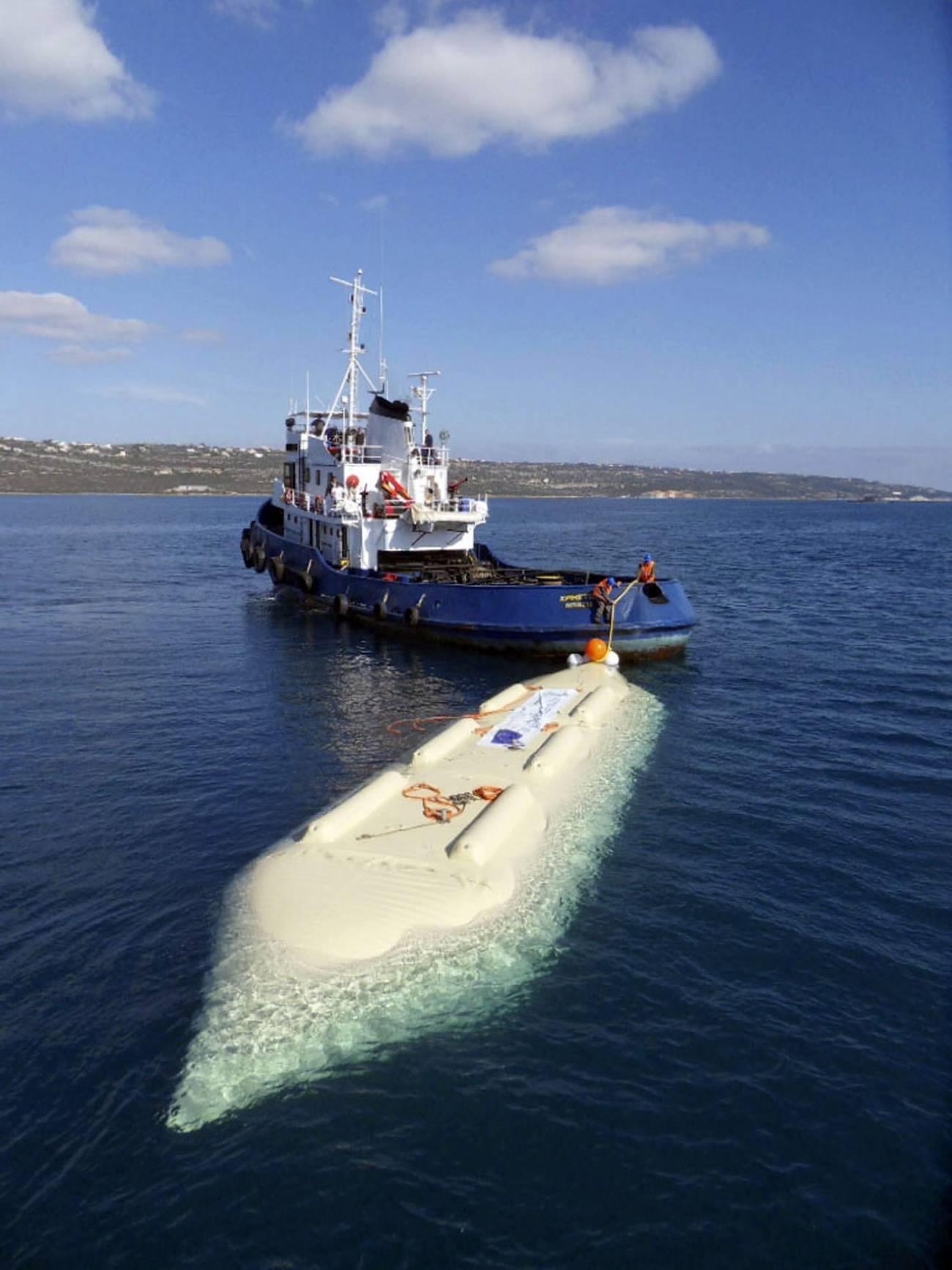 Este dispositivo transporta agua dulce por el mar, lo que permite abastecer a poblaciones costeras o islas con dificultades de suministro./ Efe