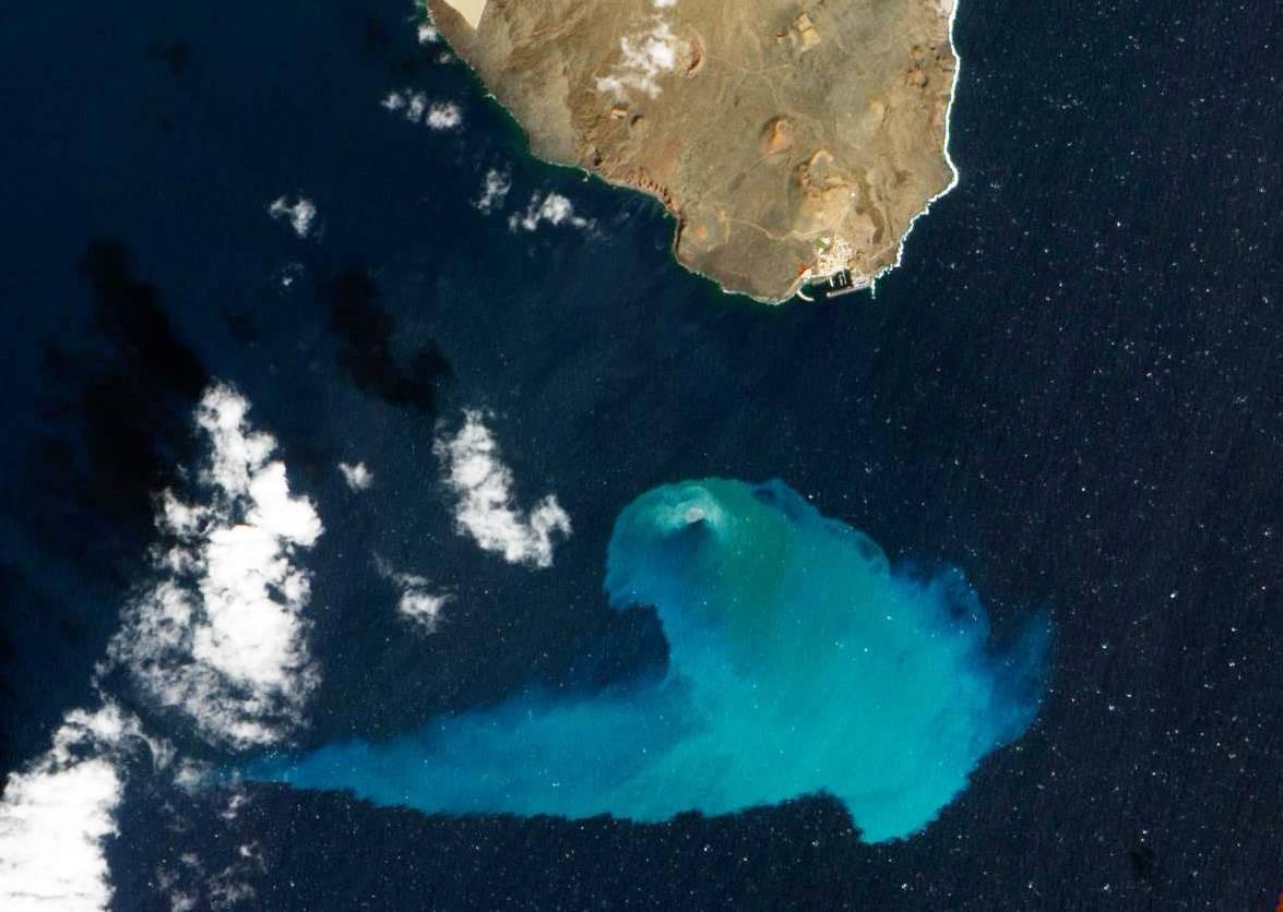 La fotografía de la erupción volcánica de El Hierro tomada desde el espacio. / NASA