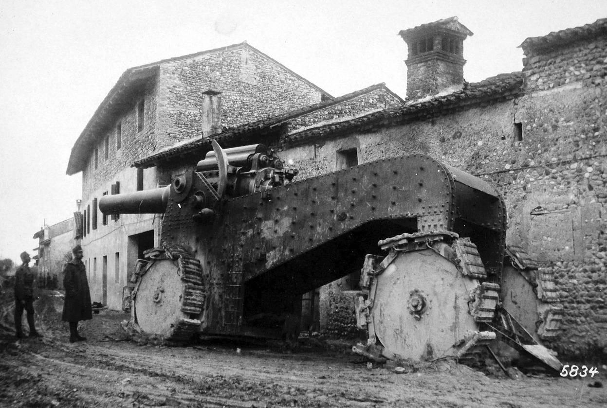 Gigantesco cañón italiano localizado en las cercanías de Udine. Los ingenieros de ambos bandos probaron experimentalmente a agrandar las armas. De este solo se fabricaron 50 ya que su excesivo tamaño lo hacía enormemente costoso e inoperativo para la batalla (Italia). / National Archive