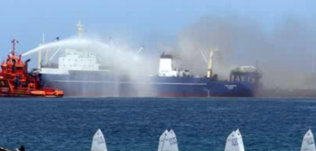 Imagen del incendio del pesquero ruso