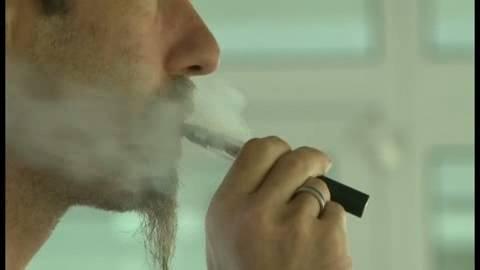 Hombre fumando un cigarrillo electrónico.