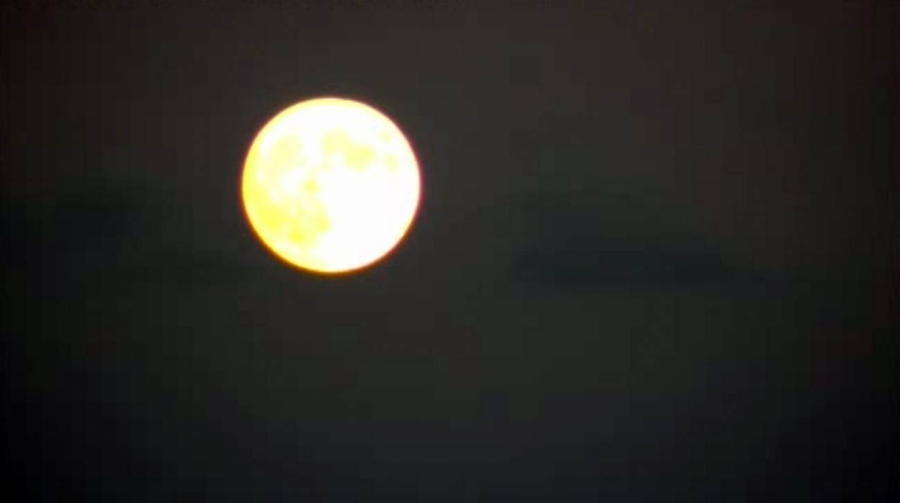 La tercera superluna del verano vista desde Madrid.