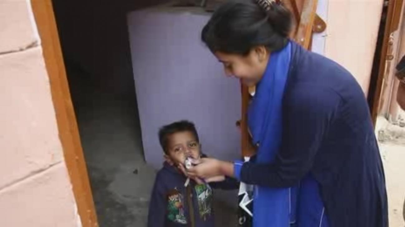 Miles de niños se vacunac contra la polio en Pakistán