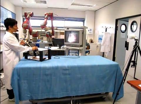 Operación laparoscópica con asistente robótico